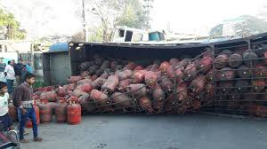 indore,Big accident ,averted - gas tank, two trucks, filled with manure overturned
