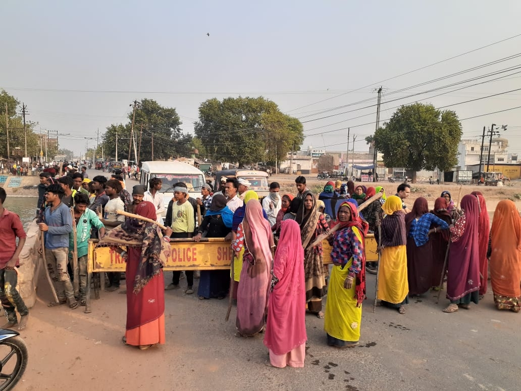 seopur, Tribals set fire ,liquor contracts,  Sheopur-Rajasthan highway